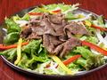 料理メニュー写真焼肉サラダにんにくドレッシング