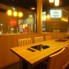 すすきのの夜景を眺めながらお食事をお楽しみ頂けるテーブル席個室。窓を開け換気や消毒も万全の体制でお待ちしております。