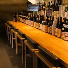 お酒がずらりと並んだカウンターも人気です。