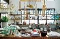 オーナーが世界各地から買い付けてきた、デザイン性と使い勝手の良さを兼ね備えたキッチン雑貨や小物がズラリ!