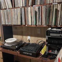 店内の家具や壁は全て木製で統一されており、その家具が音を更に響かせ、味わい深い音を紡ぎだします★店主が収集し続けた100種類超のレコードを聴きながら、ゆったりとお過ごし下さい♪