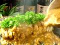 料理メニュー写真溶岩石で焼く日向地鶏もも肉