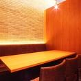 個室は2名様~最大50名様迄利用可能。木を基調とした雰囲気抜群の店内で楽しいひとときをお過ごしください。