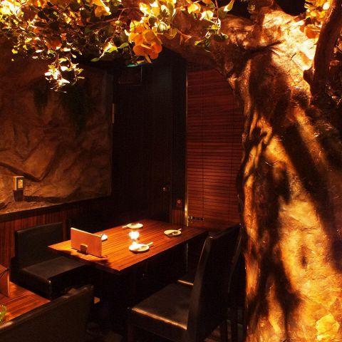 店内に入って右手のテーブル席!すぐ目に入る壮大な巨木と石の壁がまるで森の洞窟を思わせるお席となっております♪大きな木を見上げて、都会の喧騒を忘れてゆったりとお寛ぎくださいませ…♪飲み放題付コースメニュー3,500円(税込)~ご用意しております!