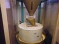 こだわりの蕎麦は自家製粉。毎朝むき身を店内でひいております。自家製粉ならではの香り豊かな蕎麦をご堪能ください。