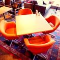 テーブル席もゆったり過ごせる席でご用意。