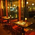 2名様用テーブル席。待ち合わせや軽いお食事に、お気軽にご利用下さい。