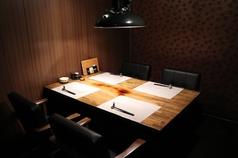 テーブル個室を4名様個室を1席ご用意。周りを気にせずお寛ぎいただけます。ご予約はお早めに。6名様以上はお部屋をつなげてご利用いただけます。お気軽にご相談ください。