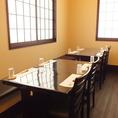 日差しが照らす明るいテーブル席。こちらのお席は半個室になっておりますので一目気にせずに食事をお楽しみいただけます。ランチ時にも♪