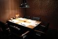 テーブル5名様個室は3席ご用意。周りを気にせずお寛ぎいただけます。ご予約はお早めに。6名様以上はお部屋をつなげてご利用いただけます。お気軽にご相談ください。