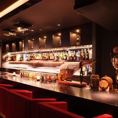 鮮やかで豊富なお酒がずらりと並ぶバーカウンターは早いもの勝ち。大人のデートにおすすめ、ウイスキーはもちろん、焼酎や日本酒まで幅広く取り揃えております。食後の寛ぎの時間もこちらでお寛ぎ頂けます。
