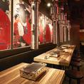 迫力のある壁の絵は『渋谷・焼肉』をテーマに新進気鋭の若手作家に描いていただきました♪焼肉女子会や焼肉合コンにも◎ソファー席は少人数から中規模まで、ちょっとした集まりにも対応可能です。焼肉宴会は金タレ 渋谷道玄坂店で!