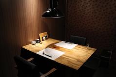 テーブル個室を2名様個室を1席ご用意。周りを気にせずお寛ぎいただけます。ご予約はお早めに。6名様以上はお部屋をつなげてご利用いただけます。お気軽にご相談ください。