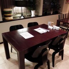 4名様向けのテーブル席。優しい灯り包まれ、ゆっくりとお食事をお楽しみ頂けます。