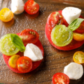 料理メニュー写真カラフルトマトと水牛のモッツアレラチーズのカプレーゼ