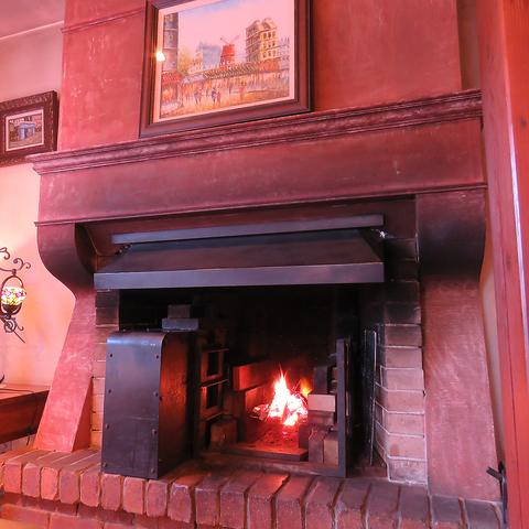 高級感あふれる店内では、暖炉で食材を焼いているいい香りが漂うフレンチ料理店。