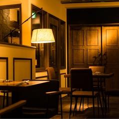 【古町で友人とのお食事・デートに♪】テーブルをくっつければ最大17名様で1列でご案内できます☆カウンターを眺めながらのお食事、軽いお食事などにも、大人数様の場合はお気軽にお電話でお席状況、またはお席の配置などご相談くださいませ☆