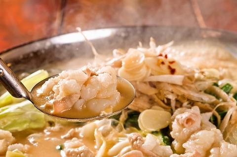 5種類のベースの味が楽しめる北海道直送のもつ鍋。仲間とワイワイ鍋を囲もう!