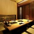 【掘りごたつ個室】最大6名様収容可能な完全個室。こちらのお部屋はガラス窓から枯山水がご覧いただけます。接待やお食事会などにおすすめのお部屋です
