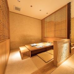 4名様までの少人数向け掘りごたつ個室は2部屋完備しております。高級感のある和の空間は、普段使いはもちろんのこと、大切な方のおもてなしやお顔合わせ、ご接待などのビジネスシーンにもご利用いただけます。