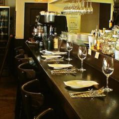 お1人様や男性にも人気のカウンター席を8席ご用意!普段使いにもぜひフェニーチェをご利用ください。季節のメニューやおすすめのワインなど、シェフとの会話も弾みます。