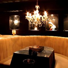 VIPソファー席は特別な夜にふさわしい空間です。少人数のパーティ、記念日のお祝いなどでゴージャスな雰囲気を味わっていただけます★(2名様~)