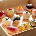 要予約・毎日20食限定。一番人気の「手まり寿司ランチ」がおすすめ。前菜、焼き物、お椀とデザートビュッフェ付きで2,550円。ヘルシーな和ランチでのお食事のあとは、ガラス貼りの明るいダイニングルームにて、ドリンクバー付デザートビュッフェをお楽しみ下さい。