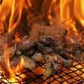 料理メニュー写真あかね土鶏もも焼き【自社養鶏場飼育の鶏を舞い上がる炎で一気に焼き上げています】