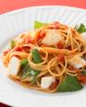 料理メニュー写真たっぷりモッツァレラと厚切りベーコンのトマトソース