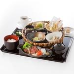 【昼】品数もボリューム満点のランチメニュー♪ご飯のおかわり無料なので女性だけでなく男性にも人気