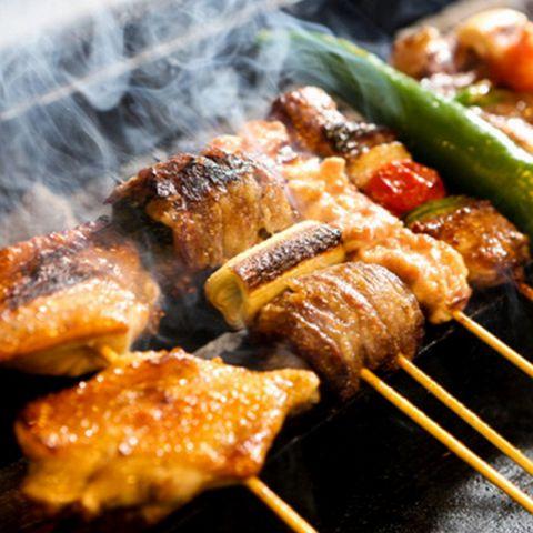 ~博多串焼きとは?いわゆる焼き鳥なのですが、博多では鶏、牛、豚、野菜、魚介類など串にさせるものであれば何でも「やきとり」になります。なので、漢字表記ではなく「やきとり」や「博多串焼き」と表現されます!そんな博多串焼きを思う存分楽しんでいただける食べ放題コースをなんと3,000円でご用意しております!