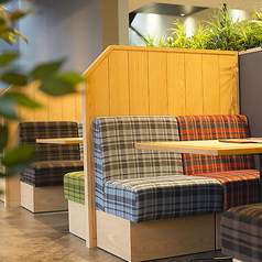 2名様~4名様までご利用いただけます。お子様連れのお客様や女性のお客様に人気のソファ席。カントリー調のグラフチェックが温かみのある雰囲気を生み出しています。一席一席もゆったりしておりますので、和やかなお時間をお過ごしいただけるお席です。パーテーションもお席も全て可動式ですので、16名様でのご利用もOK!