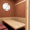 2F…完全個室のゆったり寛げる空間の5~6名様用の掘りごたつ席。会社宴会、接待、県外の方へのおもてなしにも最適。1Fで靴を脱いでお上がり下さい。