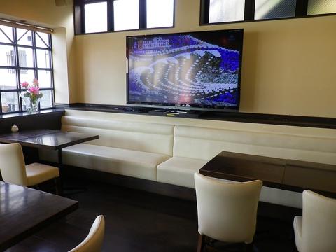 70インチの大型スクリーンでスポーツ観戦や貸切パーティのできるオシャレなカフェ。
