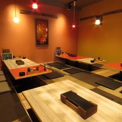 座敷は4名席。6名席をご用意。テーブルを合わせることもできるので10名様でも一つのテーブルをご利用いただけます♪