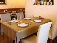 ご友人と仲良くタイ料理を楽しめるテーブル席