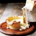 溢れ出したら止まらないっ!濃厚チーズと自家製デミグラスソースが流れ出す当店名物「シカゴピザ」は、チーズ好きを虜にする絶品料理♪シカゴピザ含む3H飲み放題付きコースは4000円~ご用意!彩り野菜や豪快肉料理をディップしてお愉しみください!