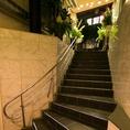 緑に溢れ、光差し込む階段からの入場を終えると、ゲストたちに迎えられ、忘れられないパーティが始まる。
