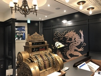 レトロな装飾品で飾られたオシャレな店内