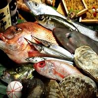 厨房奥の大きな生け簀で瀬戸内の旬鮮魚をさばきたて提供
