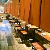 【4~20名様テーブル席】宴会でご利用しやすいテーブル席。2~20名様くらいまで人数に合わせてご用意いたします!スクロール式の仕切りがあるので、他のお客様も気になりにくい仕様となっています。