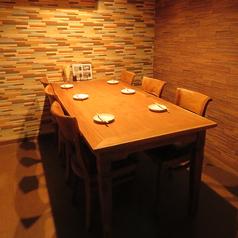 ゆったりとくつろげるテーブル個室。