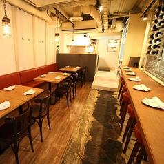 最大12名様まで着席可能なテーブル席。人数に応じてテーブルを繋げてご利用いただけます。