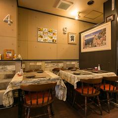 ゆとりのあるテーブル席。人数に応じてレイアウト変更も可能です。少人数グループでのお食事会や女子会などにおすすめです。