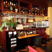 ワイン好き必見!時間無制限で30種類のワインをたっぷりお楽しみいただける自慢の『ワインビュッフェ1,500円(税込)』。赤・白・スパークリングと飲み口も豊かに取り揃えました。お好みの銘柄が見つかるまでとことん堪能いただけます!もちろん色々な種類を楽しむのも◎ワイン党仲間で集まって、ゆったりとご満喫ください♪