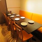 4名様用テーブルを6席ご用意致しております。テーブルを繋げて8名、12名、14名等のお席もご用意可能です。
