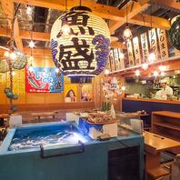 生簀や提灯、オープンキッチンなど、雰囲気抜群の店内!