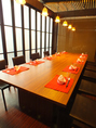 個室は最大35名様。パーテーションで4名ずつのお席に区切れます。