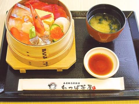 南房総の地魚を使った海鮮わっぱ飯をはじめ、各種わっぱ飯を手軽に味わえる。