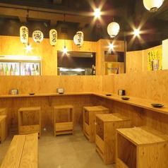 【カウンター席】は会社帰りのチョイ飲みなどお一人様から大歓迎♪広々としたカウンター席でこだわりの酒と肴をご賞味あれ!良き大衆酒場の雰囲気で気軽にご来店いただけます